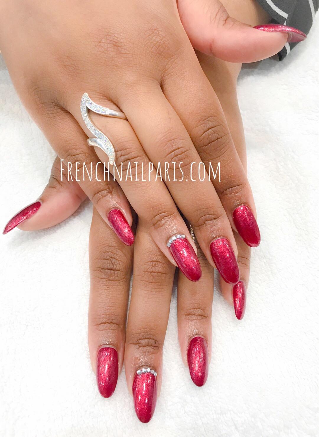 Laissez-vous tenter par un remplissage en résine redonnant netteté à vos mains associé à un sublime vernis classique apportant brillance à vos ongles !