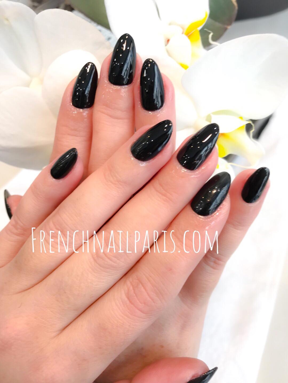 Ici, vos ongles sont magnifiquement chouchoutés avec attention pour un soin beauté des mains avec un soupçon de vernis semi permanent ultra-tendance